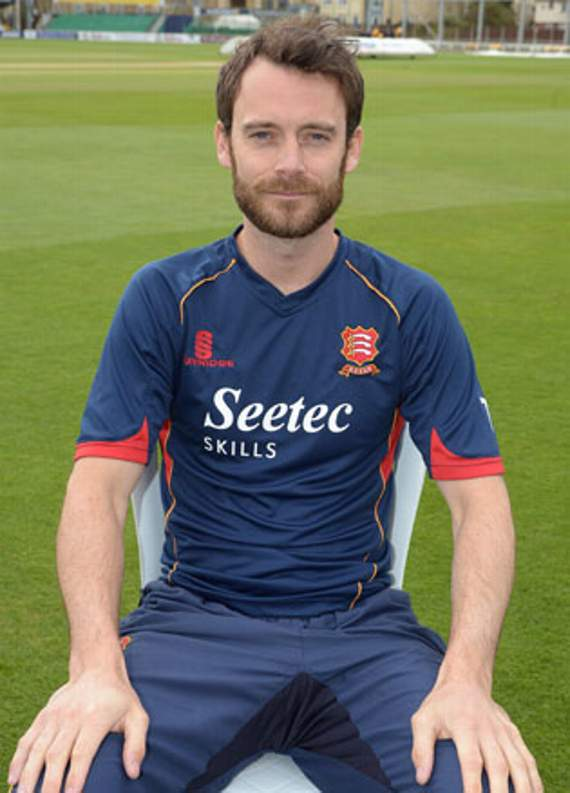 Ten Doeschate and Foster lead Essex fightback